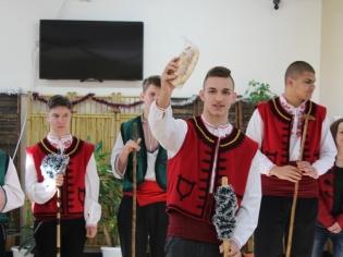 """Традиционният коледен базар в ПГТ """"Проф. д-р Асен Златаров"""" – тук подаряваме и получаваме усмивки, доброта и надежда!"""